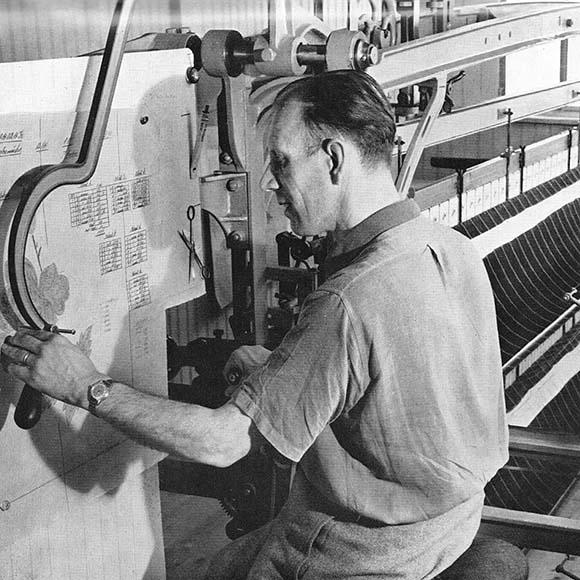 Bischoff Textil AG Bedienung einer frühen Handstickmaschine